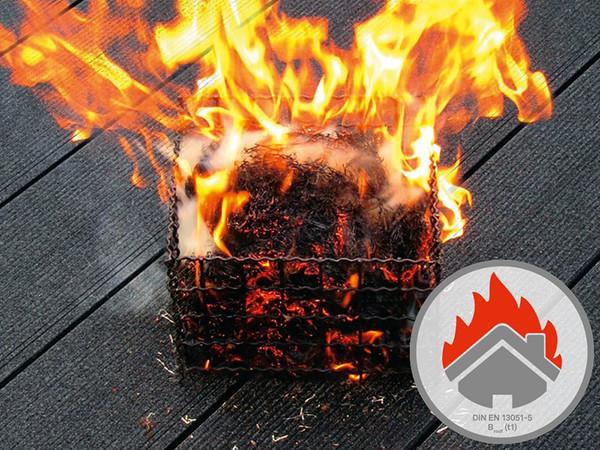 Erst nach bestandener Feuer-Prüfung erhalten erprobte Baumaterialien die Zertifizierung und gelten damit als beständig gegen Flugfeuer und strahlende Wärme. Foto: © Inoutic/Deceunick