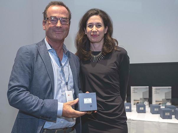 Weinor Geschäftsführer Thilo Weiermann nimmt den renommierten Architekturpreis für die Kategorie Sonnenschutz von der Verlegerin Dr. Marcella Prior-Callwey entgegen. Foto: © Callwey