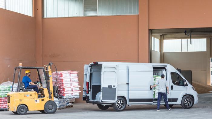 Der Fiat Ducato lässt sich problemlos mit dem Stapler beladen. Foto: © Fiat Professional
