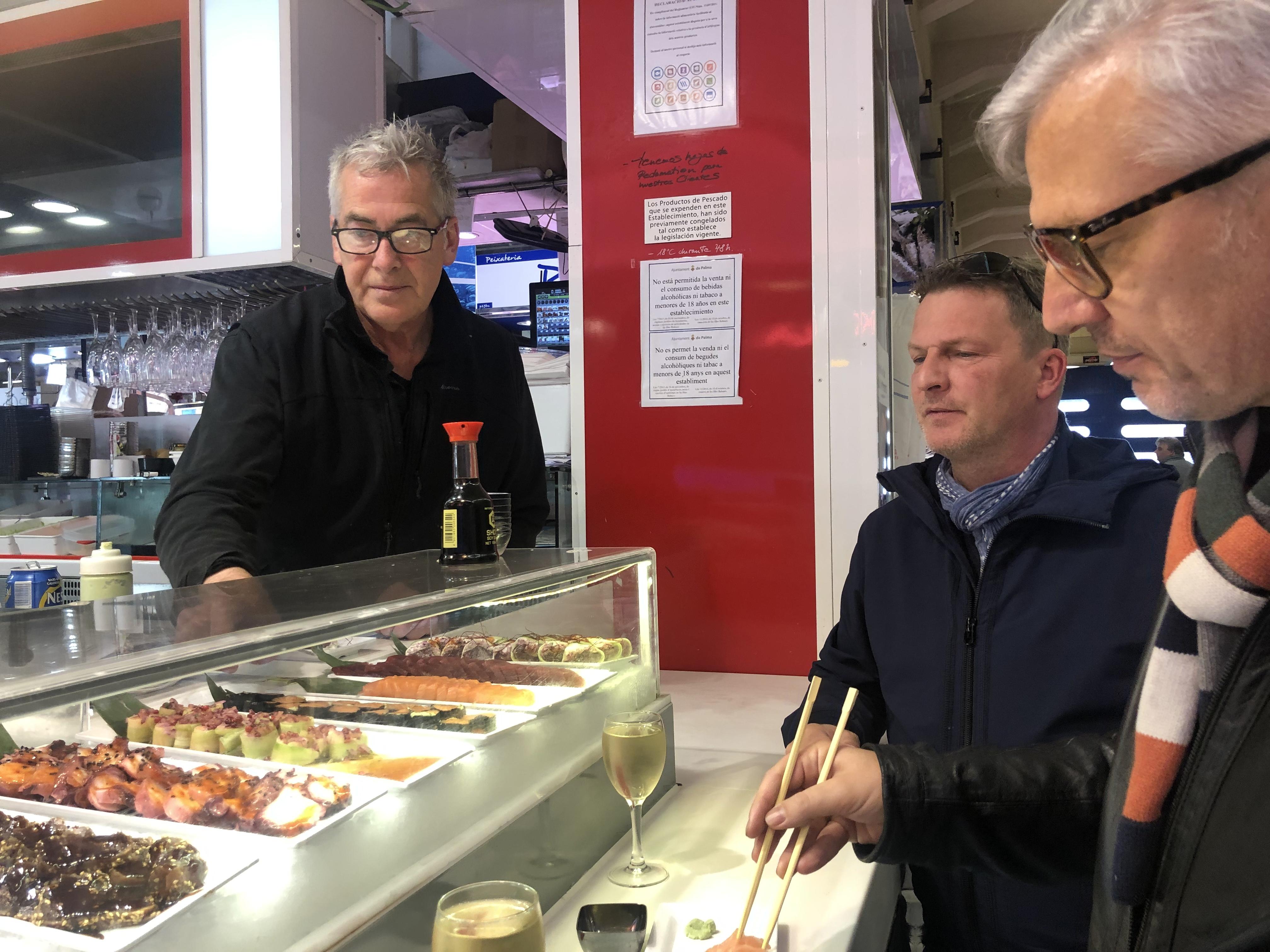 Sushi-Päuschen am Stand von Thomas Wilden (l.). Für Felix Götze (r.) und Sven Rasch (Mitte) ist der Markt de L'Olivar ein Ort der Begegnungen und der regionalen Kulinarik. Foto: © DHB