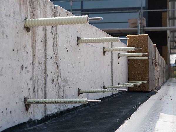 Der Isolink Typ TA-S kommt mit einer Verankerungstiefe von nur 40 mm aus. Eine Beschädigung der Betonbewehrung beim Setzen der Bohrlöcher ist dadurch nahezu ausgeschlossen. Foto: © Schöck Bauteile GmbH