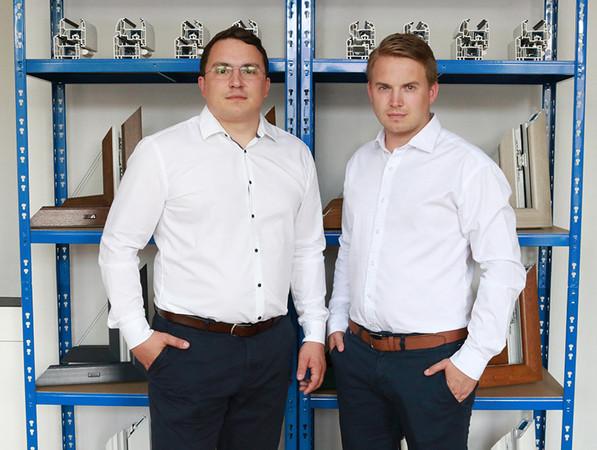 Die Gründer und Geschäftsführer der Fensterblick GmbH & Co. KG, Christian Kaminski (re.) und Sebastian Kaminski, freuen sich über die Auszeichnung für ihren Onlineshop fensterblick.de. Foto: © fensterblick.de