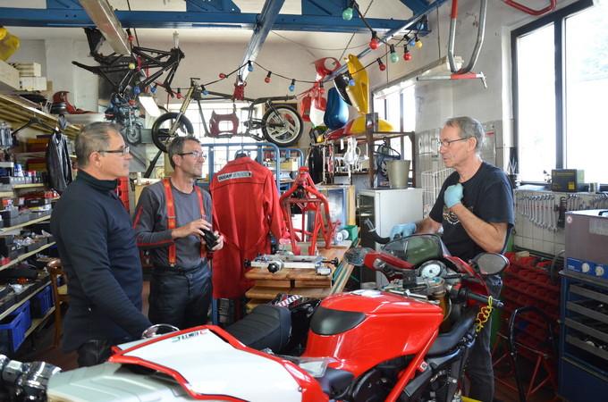 Der Fehler ist gefunden - nun ist Zeit für Benzin-Gespräche. Schmeink (r.) mit seinen Kunden aus Belgien Foto: © Jürgen Ulbrich