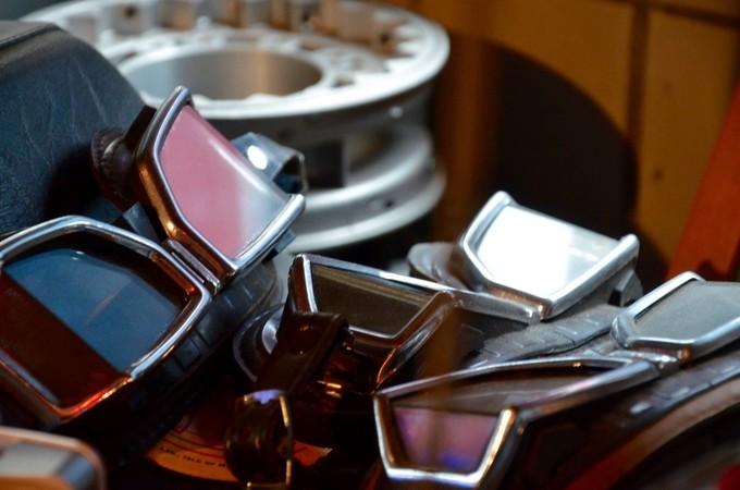 Urige Vintage-Werkstatt: alte Motorradbrillen stapeln sich in einem Regal. Foto: © Jürgen Ulbrich