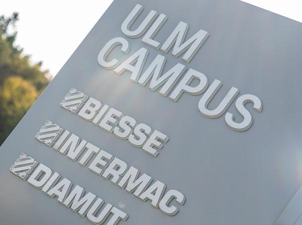 Neben Biesse-Anlagen zur Holzbearbeitung werden im neuen Ulm Campus der Biesse Group auch Glasmaschinen des Tochterunternehmens Intermac und Werkzeuge von Diamut präsentiert. Foto: © Biesse Group