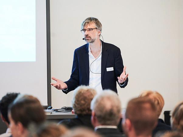 Dr.-Ing. Jan Wurm (Arup) referierte über biobasierte Lösungen für die Fassade von Morgen. Foto: © Mediashots/Wicona