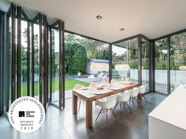 Designprämierte Glas-Faltwand: Geöffnet verbindet sie Innen und Außen auf ganzer Ebene miteinander. Foto: © Solarlux GmbH