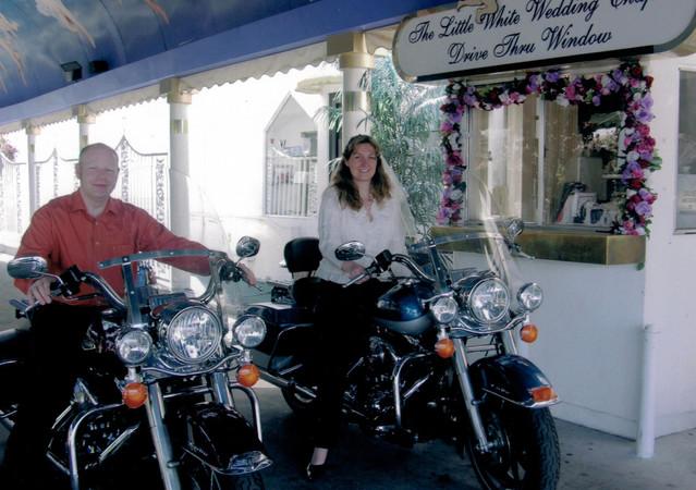 In Drive-Thru in Las Vegas gaben sich Martina und Jens auf zwei Harleys das Ja-Wort. Foto: © Doc Jensen/Jens Koch