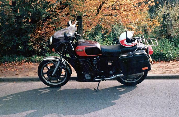Passt so ein Motorrad in eine Bahn? Jens Koch und ein Kumpel machten es möglich. Foto: © Doc Jensen/Jens Koch