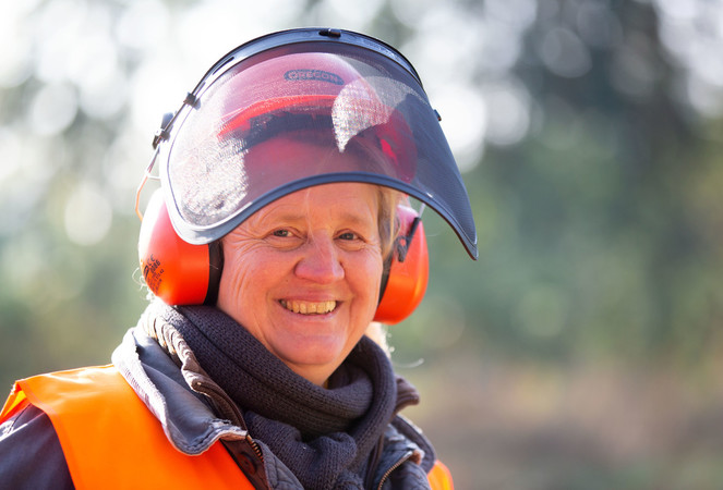 Annette Oehler ist eine der wenigen Frauen, die einen Motorsägeführerschein machen. Foto: © Oliver Krato