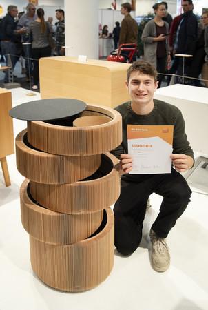 Bewegtes Holz nennt Jonas Heise sein Säulenmöbel aus Oregon Pine. Die Lamellen geben seinem Gesellenstück eine hohe Flexibilität. Foto: © Bettina Engel-Albustin