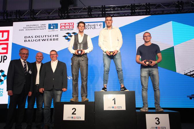 Marius Faller holte Gold beim Bundesleistungswettbewerb der Straßenbauer. Vizemeister wurde Moritz Seeliger. Den dritten Platz belegte Jim Koppermann. Foto: © ZDB/Petra Reidel