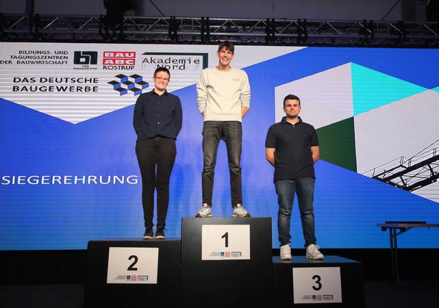Bayern vor Baden-Württemberg und Rheinland-Pfalz: Luca Zeiser sicherte sich die Goldmedaille beim PLW der Wärme-, Kälte- und Schallschutzisolierer. Verena Probst und Simon Lohmer kamen auf die Plätze zwei und drei. Foto: © ZDB/Petra Reidel