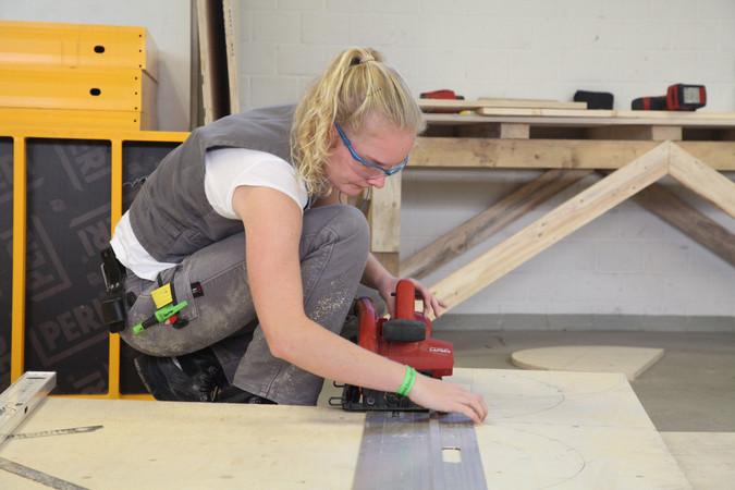 Bei den deutschen Meisterschaften der Beton- und Stahlbetonbauer mussten die Teilnehmer den Teilausschnitt eines Widerlagers erstellen. Die beste Leistung lieferte dabei die 20-jährige Jule Janson aus Baden-Württemberg ab. Foto: © ZDB/Petra Reidel