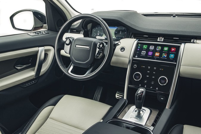 Das digitale Cockpit ist mit seinem Touchscreen-Infotainment bestens vernetzt. Foto: © Land Rover