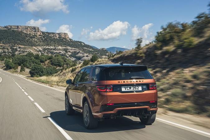 Dank Allrad sowie einer enormen Achsverschränkung ist der Brite auch ein waschechter Geländewagen. Foto: © Land Rover