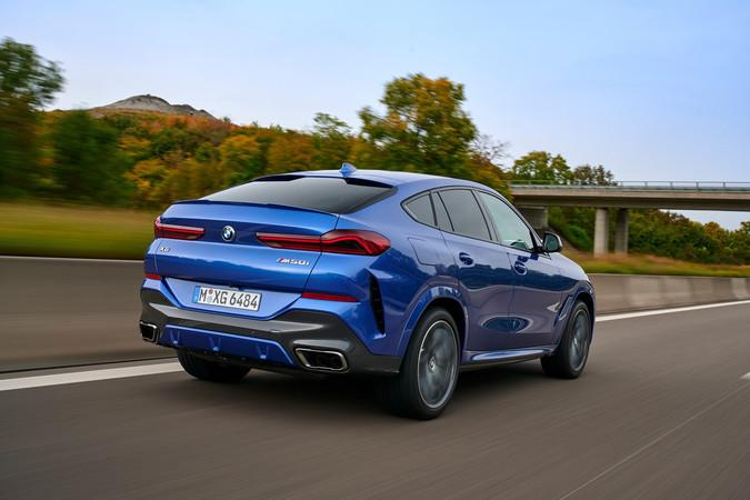 Neuentwicklung: der M50I verfügt über einen V8-Benzinermotor mit 390 kW/530 PS. Der liefert satte 750 Newtonmeter Drehmoment. Foto: © BMW