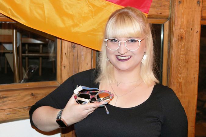 Lea Meyer aus Sachsen-Anhalt überzeugte die Fachjury des Bundesleistungswettbewerbs der Augenoptiker mit ihrer Wir sind das Volk-Brille. Foto: © ZVA