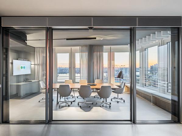 Der Schüco Showroom Hamburg vereint auf 752 Quadratmetern moderne Büroräume und vielfältig nutzbare Ausstellungsflächen. Foto: © Schüco International KG