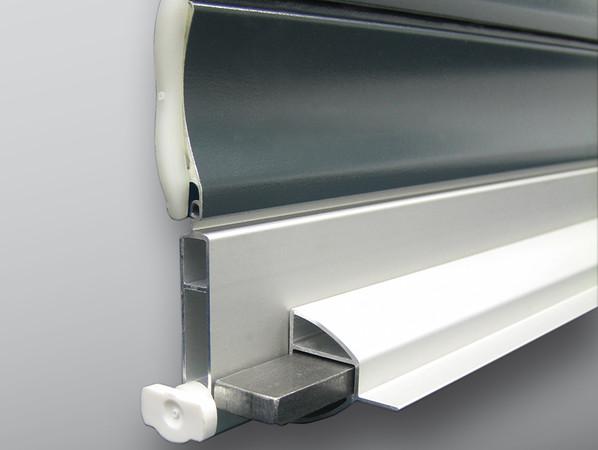 Für die einbruchhemmenden Eigenschaften des nach DIN EN 13659 normgerecht geprüften Rollladens von Alukon sorgen unter anderem vollflächig mit PU-Hartschaum ausgefüllte Aluminium- Rollladenprofile und eine verstärkte, gegen Hochschieben gesicherte Schlussleiste. Foto: © Alukon