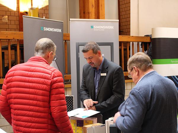 Zahlreiche Teilnehmer nutzten die begleitende Ausstellung, um sich über Neuheiten zu informieren. Foto: © Fachverband Leben Raum Gestaltung