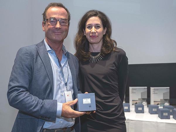 Geschäftsführer Thilo Weiermann nahm den renommierten Architekturpreis für die Kategorie Sonnenschutz von der Verlegerin Dr. Marcella Prior-Callwey entgegen. Foto: © Callwey