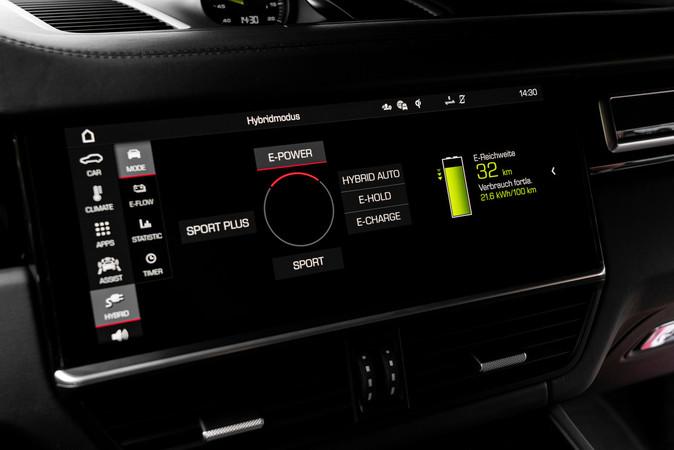 Über den Multimedia-Touchscreen lassen sich Hybrid-Funktionen wie die elektrische Reichweite abrufen. Foto: © Porsche
