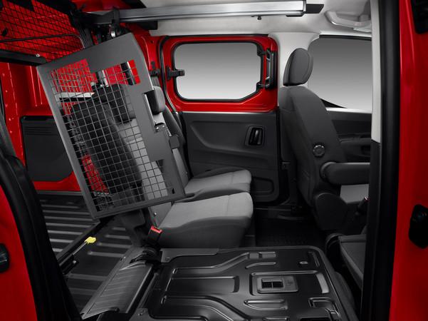 Der Berlingo VarioSpace bietet Platz für fünf, das Trenngitter ist Serie.. Foto: © Citroën