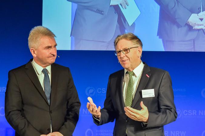Wirtschaftsminister Andreas Pinkwart und Hans Hund (r.) gemeinsam bei der ersten Verleihung des Innovationspreises. Foto: © WHKT