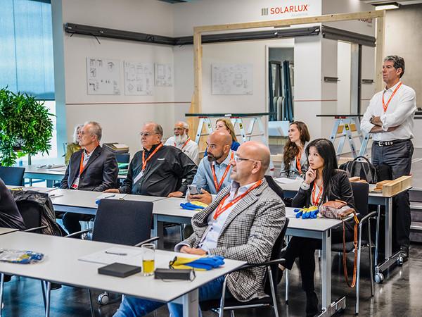 Produktworkshops und neue Marketingstrategien standen für die rund 100 amerikanischen Vertriebler und Monteure auf dem Programm. Foto: © Solarlux