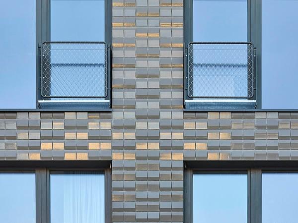 Je nach Standpunkt der Betrachter und Lichteinfall können durch den unregelmäßig dreiecksförmigen Querschnitt der Keramikelemente lebhafte Lichtreflexionen und Spiegelungen entstehen. Foto: © AGROB BUCHTAL GmbH / Jochen Stüber, Hamburg