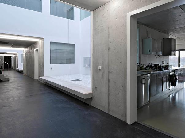 Der Erschließungsweg im 2. Obergeschoss verfügt über fünf Lichthöfe, die unter anderem die Belichtung der Wohnungen übernehmen. Zugleich bietet er Raum für gemeinsame Aktivitäten. Foto: © Agrob Buchtal GmbH / Andrew Alberts, Berlin