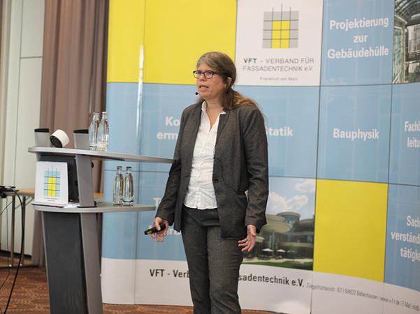 Dr.-Ing. Barbara Siebert referierte über aktuelle Entwicklungen in der Glasnormung. Foto: © FASSADE