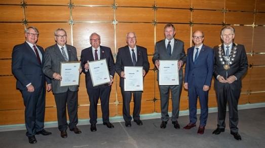 Ehrennadel für Verdienste um das Handwerk für Josef Trendelkamp (3.v.l.), Franz Wieching (4.v.r.), Norbert Hoffmann (2.v.l.) und Heinz Börding (3.v.r.). Zu den Gratulanten gehören Landtagspräsident André Kuper (2.v.r.), Kammerpräsident Hans Hund (r.) und Hauptgeschäftsführer Thomas Banasiewicz (l.). Foto: © Teamfoto Marquardt