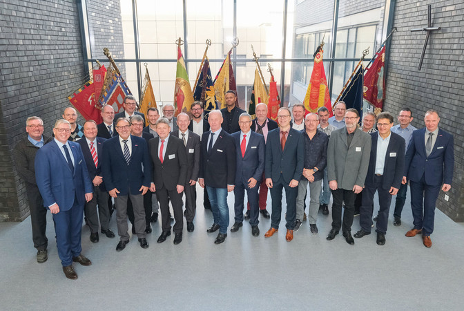 Die neugewählte Vollversammlung der Handwerksammer Trier im neuen Tagungszentrum mit Hauptgeschäftsführer Axel Bettendorf . Foto: © Foto Braitsch