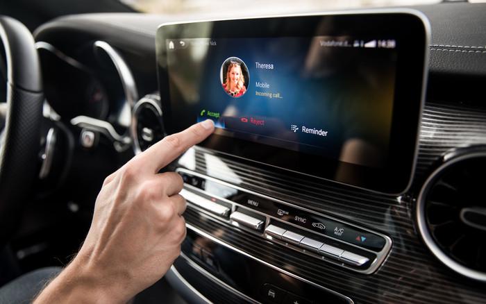Die virtuelle Sprachsteuerung gehorcht auf´s Wort und erkennt Wünsche im Voraus.t die Wünsche des Fahrers im Foto: © Mercedes