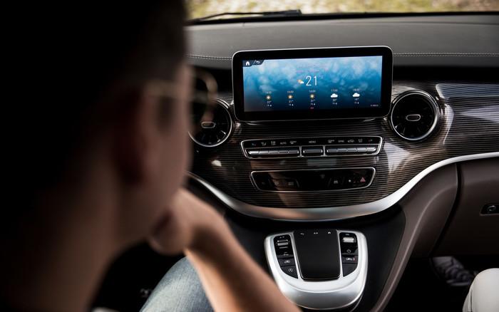 Das MBUX-Multimediasystem verfügt über eine intelligente Sprachsteuerung. Foto: © Mercedes