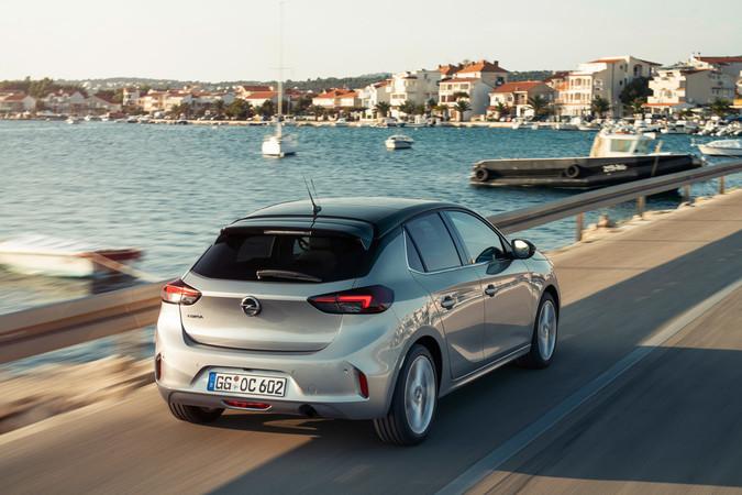 Der straff abgestimmte Corsa fährt sich handlich. Foto: © Opel