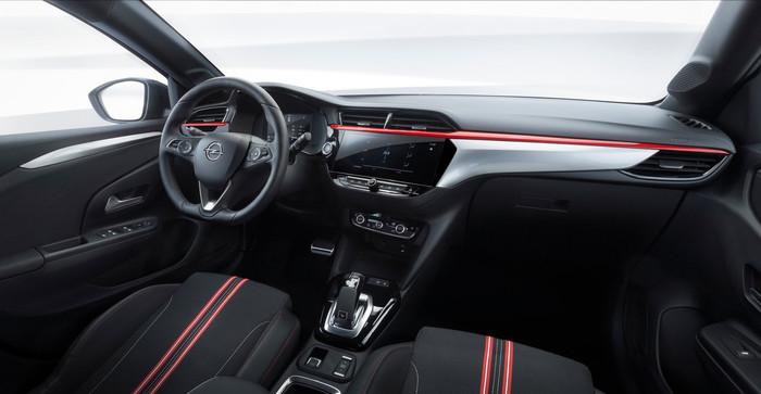 Das eigenständig gestaltete Cockpit lässt eine Verwandtschaft zum Peugeot 208 nur schwer erkennen. Foto: © Opel