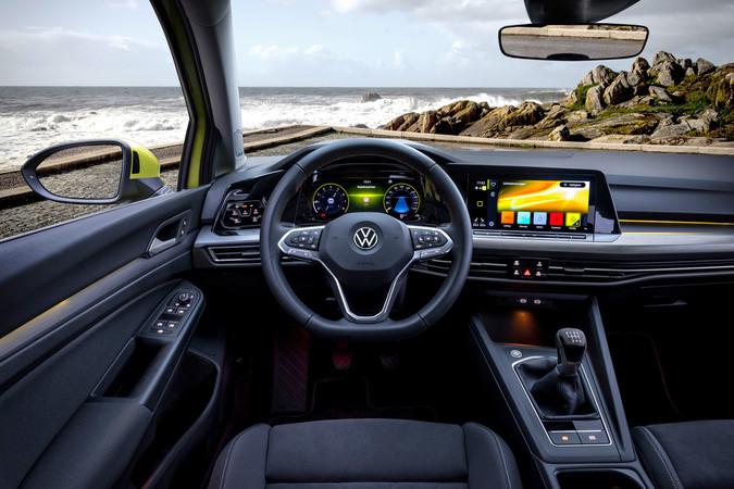 Im Golf der achten Generation dominieren zwei große Displays den Innenraum. Foto: © Volkswagen