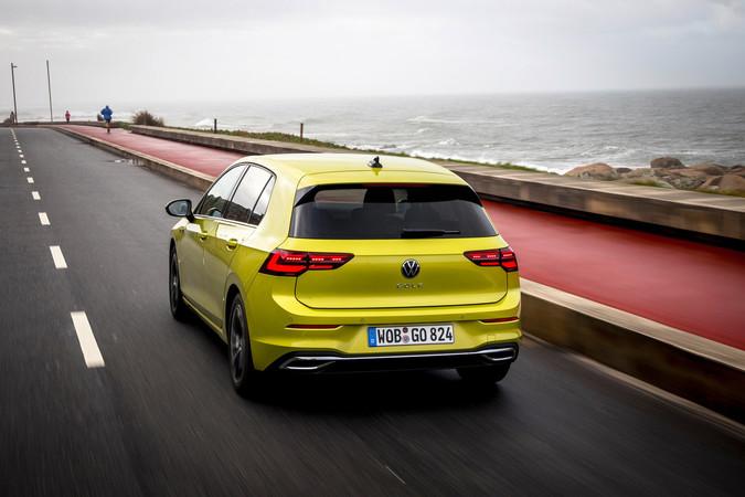Zukunftsweisend: Der Golf kommuniziert via Car2X demnächst mit anderen Fahrzeugen, um sich gegenseitig vor Gefahren zu warnen. Foto: © Volkswagen
