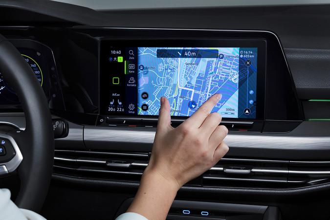Das Multimediasystem arbeite auch mit einer Online-Sprachsteuerung, die Befehle zielführend umsetzt. Foto: © Volkswagen