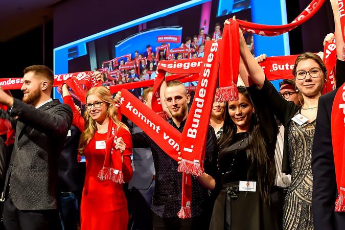 Die Bundessieger und die Gewinner des Designwettbewerbs ließen sich in Wiesbaden feiern. Foto: © ZDH/Rüdiger Jeske