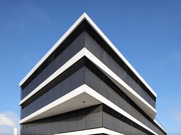 Beschichtet wurden die Fassadenbänder mit Duraflon im Farbton Phönixweiß. Foto: © Conné van d´Grachten/HD Wahl