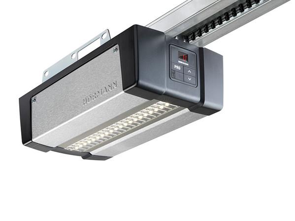 Über eine energiesparende LED-Beleuchtung wird die Garage beim Ein- und Ausfahren ausgeleuchtet Foto: © Hörmann