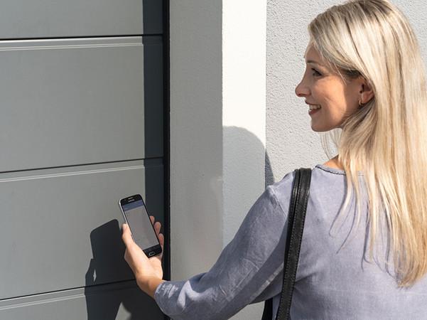 Mit der neuen App lassen sich nun auch Garagentore per Bluetooth öffnen und schließen. Foto: © Hörmann