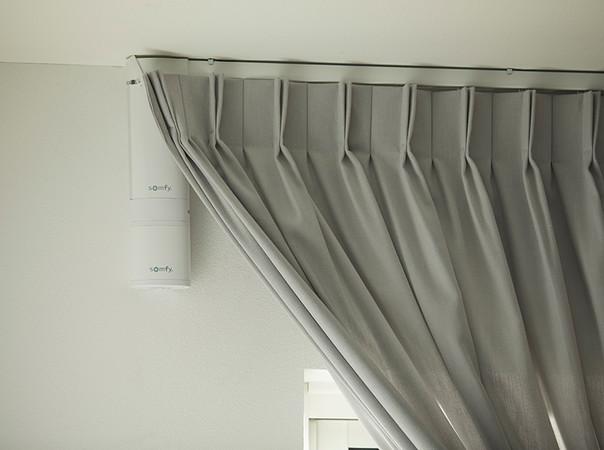 Auch innenliegender Sonnenschutz lässt sich via Funkmotorisierung im Handumdrehen in Smart Home-Lösungen integrieren. Foto: © Somfy