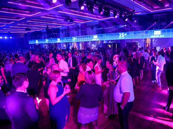 Ausgelassene Stimmung am Gala-Abend: Neben beeindruckenden Tanz-Shows und künstlerischen Darbietungen lud Live-Musik die 700 geladenen Gäste dazu ein, die Nacht zum Tag und einem rauschen Fest zu machen. Foto: © Oknoplast