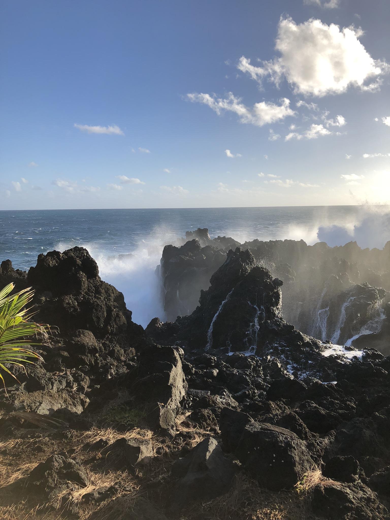 Naturschauspiel: an der Küste brechen hohe Wellen auf das aus Lava gebildet Ufer. Foto: © Larissa Metke