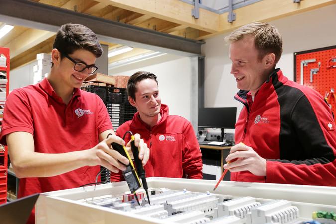 Oliver Knedel (r.) würde ab dem Sommer gerne wieder zwei Elektroniker ausbilden, doch der Elektromeister aus Büderich bekommt keine Bewerbungen. Foto: © Ingo Lammert